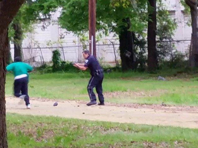 Bělošský policista, který v americkém státě Jižní Karolína o víkendu zastřelil neozbrojeného černocha, byl v úterý obviněn z vraždy.