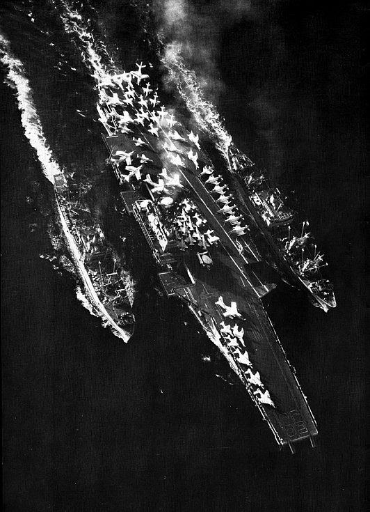 Forrestal doprovázený muniční lodí Nitro vlevo a zásobovací lodí Altair vpravo. Po Středozemním moři se plavil od 10. července 1964 do 13. března 1965