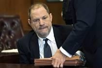 Filmový producent Harvey Weinstein u soudu v New Yorku.