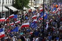 Přes 200.000 lidí zaplnilo dnes centrum Varšavy při demonstraci proti politice konzervativní vlády strany Právo a spravedlnost.