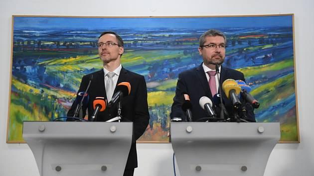 Náměstek ministra zemědělství Jiří Šír (vlevo) a ředitel Státního zemědělského intervenčního fondu (SZIF) Martin Šebestyán