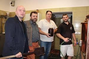 Tomáš Grimm (vlevo) je v Rokycanech znám i díky minipivovaru