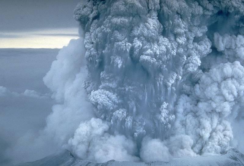 Výbuch sopky vychrlil obrovský oblak popela