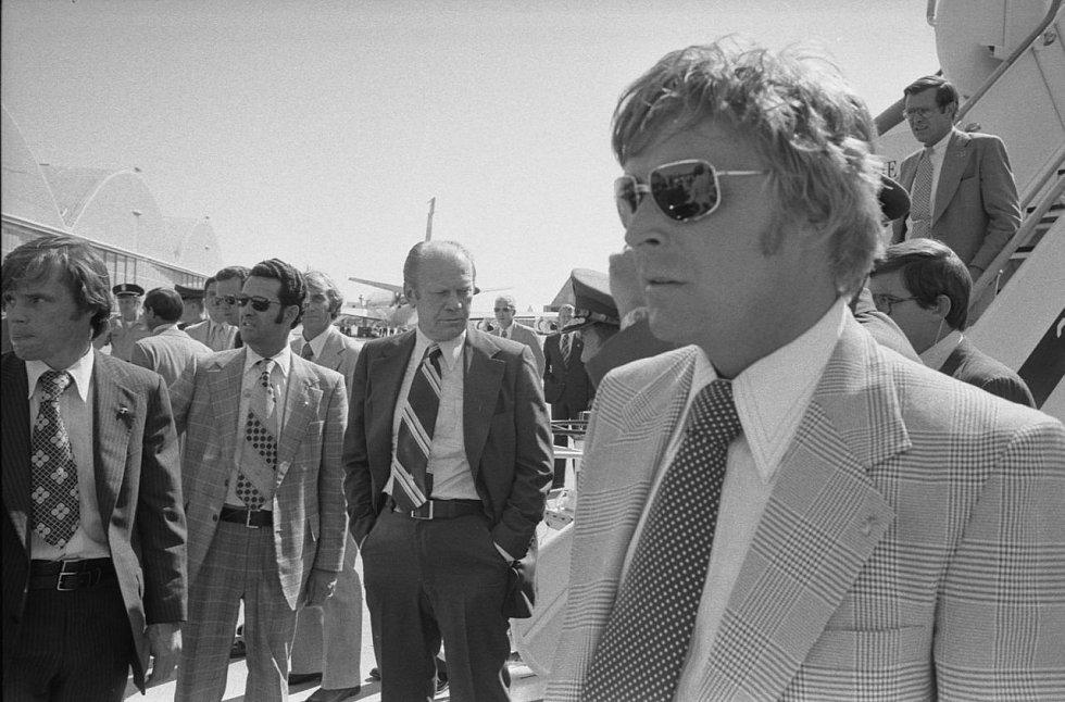 Americký prezident Gerald Ford čeká na letecké základně McClellan na letadlo, které ho dopraví ze Sacramenta do Bílého domu