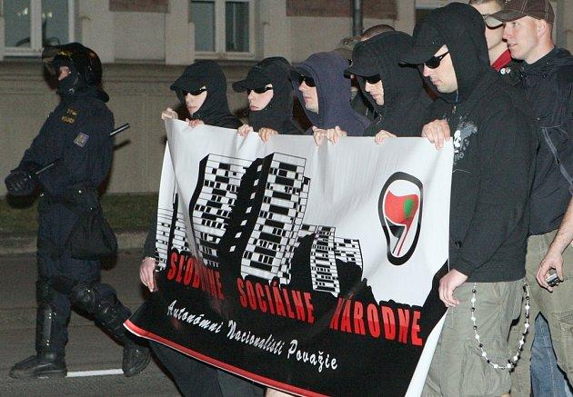 Neonacisté pochodují centrem Ústí nad Labem