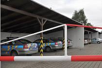 V AUTOPARKU pohotovostní motorizované jednotky pražské policie řádili podle inspekce zloději v uniformách.