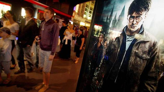 Půlnočními premiérami byl do českých kin 14. července uveden poslední díl serie filmů o čarodějnickém učňi Harry Potterovi. Snímek je z pražského kina Imax na Floře.