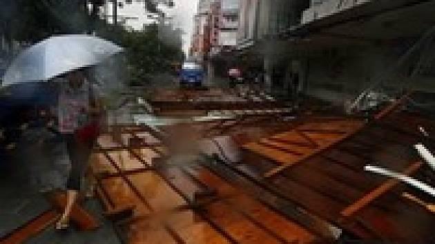 Odložené lety a 70 000 domácností bez elektřiny. To je také výsledek tajfunu Sepat.