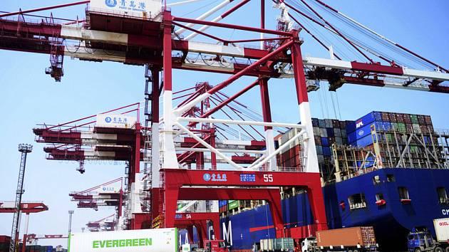 Čínská nákladní kontejnerová loď v přístavu. Ilustrační foto.