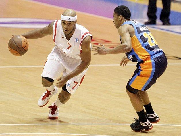 Basketbalisté Nymburka (v bílém) proti Gravelines.