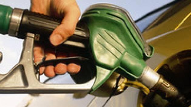 Za podvody při dovážení pohonných látek bylo obžalováno osm osob, hrozí jim až dvanáct let. Na zásahu se podílelo na 300 policistů a celníků.