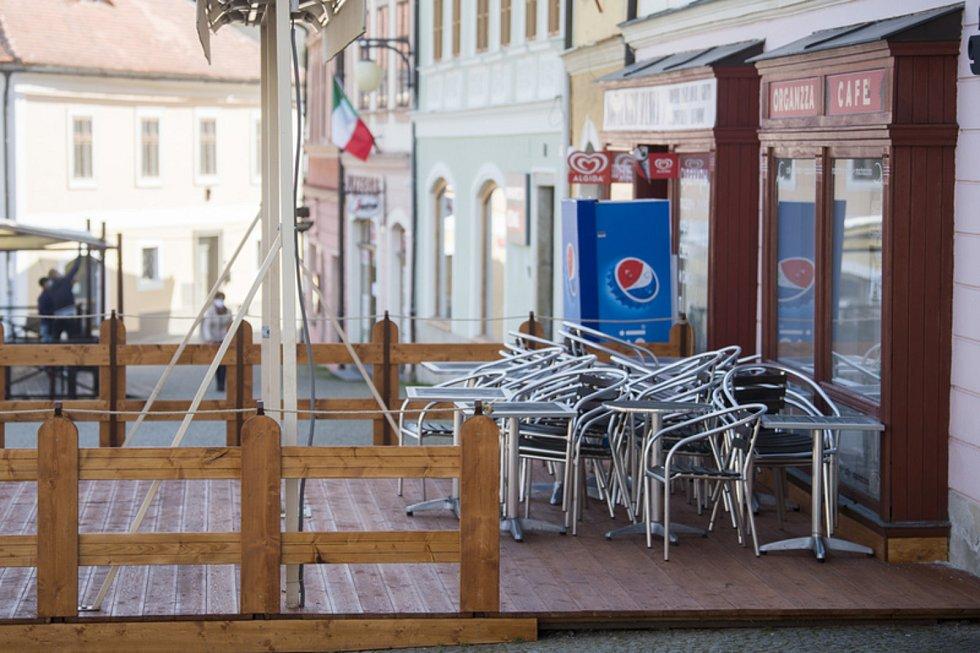 Zavřená kavárna na Palackého náměstí v centru Kutné Hory na snímku z 27. března 2020.