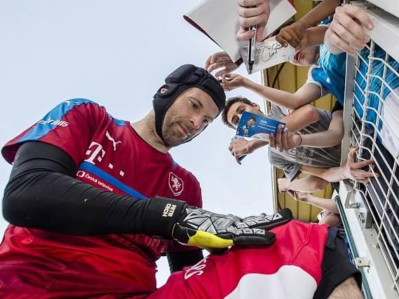 Petr Čech po tréninku rozdává autogramy.