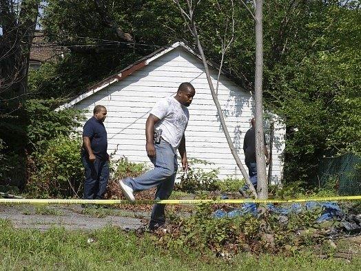 Policisté ve východním Clevelandu prohledávají okolí místa, kde byla nalezena těla