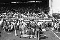 Na stadionu Hillsborough zemřelo při duelu Anglického poháru 96 fanoušků.