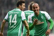 Theodor Gebre Salassie z Brém (vpravo) se raduje z gólu proti Hannoveru.