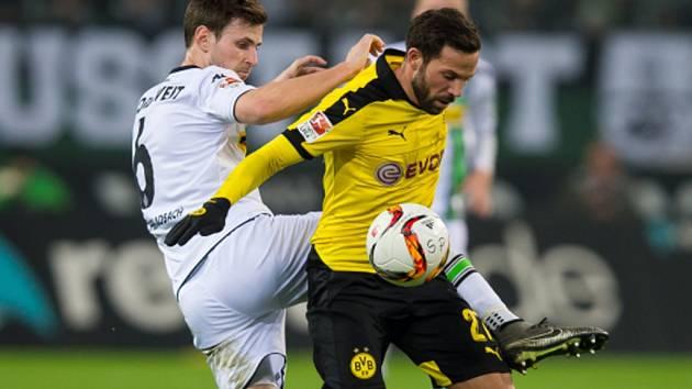 Gonzalo Castro z Dortmundu (vpravo) a Havard Nordtveit z Mönchengladbachu.