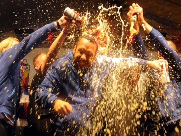Pavel Horváth (uprostřed) schytal od spoluhráčů mistrovskou pivní sprchu.