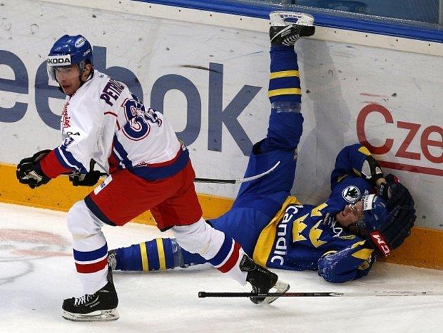Neústupný Jakub Petružálek (vlevo) uklidil k mantinelu Mattiasa Backmana ze Švédska.