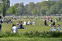 Lidé si užívají 24. dubna 2020 odpoledního slunce v parku v německém Düsseldorfu