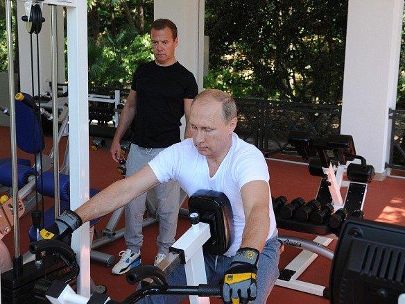 Kreml zveřejnil fotografie prezidenta Putina v posilovně.