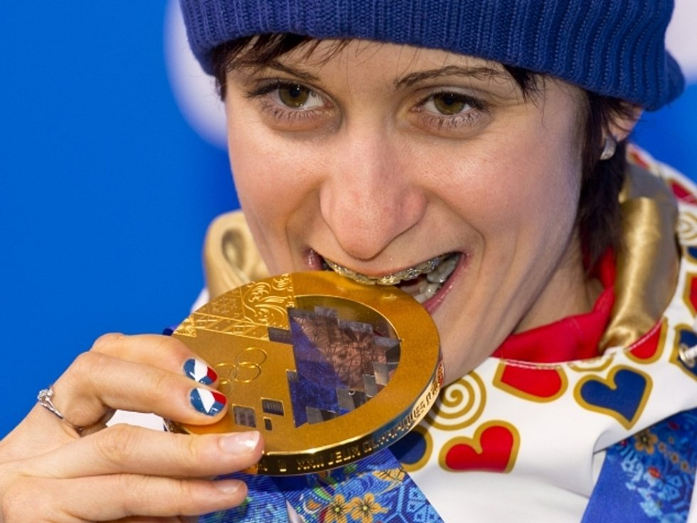 Martina Sáblíková se svou zlatou medailí ze závodu na 5000 m na olympijských hrách v Soči.