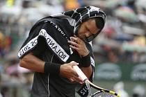 Jo-Wilfried Tsonga se kryje před deštěm.