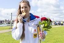 Kajakářka Kateřina Kudějová se zlatou medailí z mistrovství světa.
