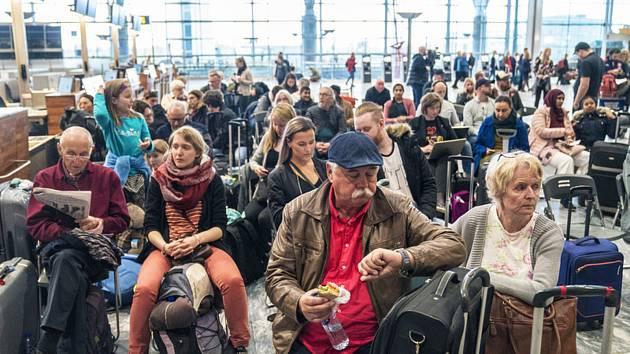 Cestující na letišti v norském Oslu