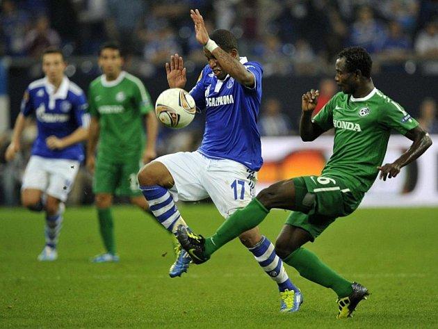 Jefferson Farfan z Schalke (vlevo) a Seidu Yahaya z Maccabi Haifa.