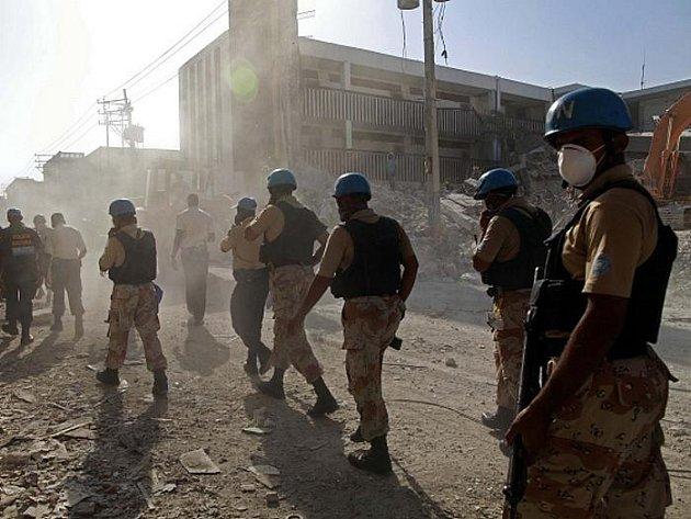 Vojáci OSN procházejí při své hlídce ulicemi hlavního haitského města Port-au-Prince.