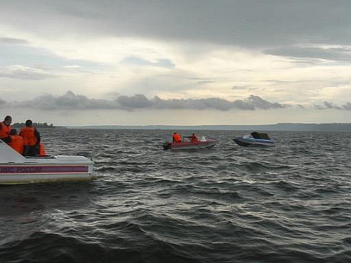 Záchranné čluny pátrají na hladině Volhy po možných přeživších pasažérech.