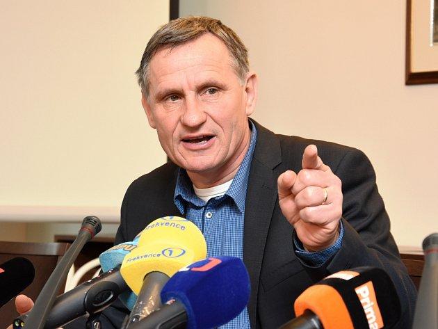 Do správce konkursní podstaty zkrachované stavební společnosti H-System Josefa Monsporta se ve středu ostře obul senátor Jiří Čunek.