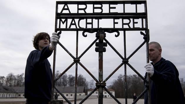 Brána s nápisem Arbeit macht frei v Dachau. Letos v únoru se sem vrátila poté, co ji neznámí pachatelé ukradli a kdy byla nalezena až v Norsku.