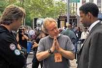 REŽIJNÍ POKYNY. Ridley Scott režíruje duel detektiva (Russell Crowe, vlevo) s mafiánem (Denzel Washington, vpravo).
