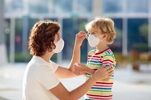 Dítě s rouškou - Ilustrační foto