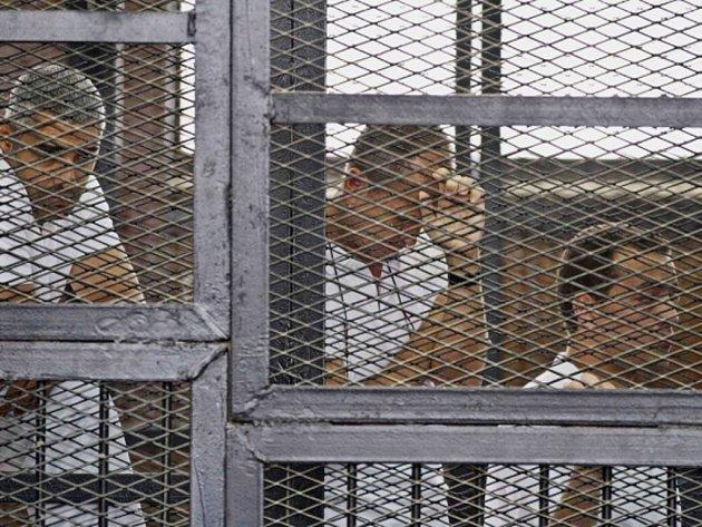 Egyptský soud shledal vinnými z podpory islamistů novináře katarské televizní stanice Al-Džazíra a dvěma z nich vyměřil sedmiletý trest. Třetí dostal navíc tři roky za držení munice.