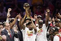 Basketbalisté Toronta s trofejí pro vítěze NBA