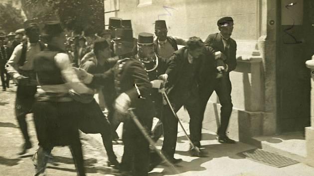 Pohlednice - Gavrilo Princip vlečen na policejní stanici, Sarajevo.