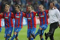 Trenér Plzně Pavel Vrba (vpravo) se s hráči raduje z vítězství nad Mariborem.
