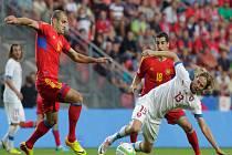 Jaroslav Plašil (vpravo) se snaží prokličkovat mezi hráči Arménie.