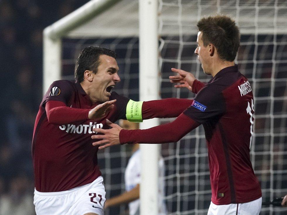 Kanonýr Sparty David Lafata (vlevo) se raduje s Lukášem Marečkem z gólu proti Schalke.