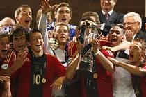 Mladí fotbalisté Německa slaví titul mistrů Evropy do jednadvaceti let.