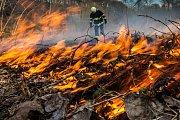 16:38 vyjížděli profesionální hasiči z Dobrušky společně s dobrovolnými hasiči z Nového Města nad Metují k požáru suché trávy. K požáru došlo pod strmým svahem na neudržovaném prostoru u řeky. Hasiči tak snesli z prudkého kopce plovoucí čerpadlo. Následně