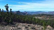 Gran Canaria. Výhled na tajuplný skalní útvar Roque Nublo. V pozadí sousední ostrov Tenerife.