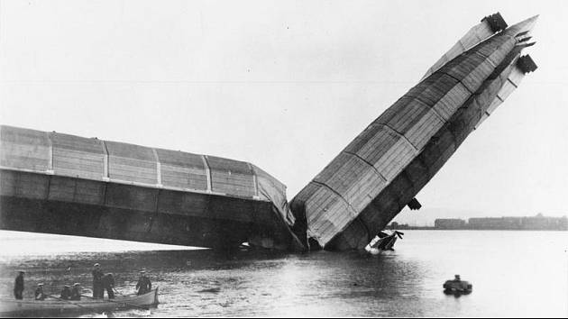 Britská vzducholoď His Majesty (HMA) po havárii, při níž se zlomila její záď