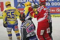 Pavel Kubiš ze Zlína (uprostřed) a Vladimír Roth z Třince si vyřizují účty.