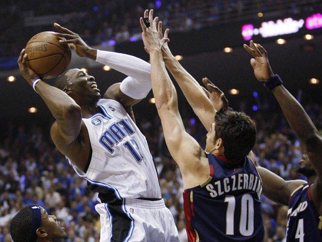 Neudržitelný Dwight Howard (vlevo) nasázel čtyřicet bodů a nasměroval Orlando do finále NBA.