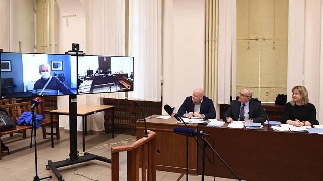 Veronika Altnerová a Patrik Altner (vlevo), dědicové právníka Zdeňka Altnera, kteří jsou s ČSSD ve sporu v kauze Lidový dům, a jejich advokát Václav Veselý u soudu. Vlevo na monitoru vypovídá prezident Miloš Zeman.