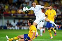Francouz Karim Benzema se snaží prosadit přes Švéda Jonase Olssona.